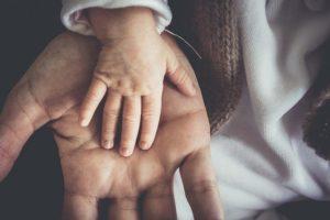 Main homme bébé